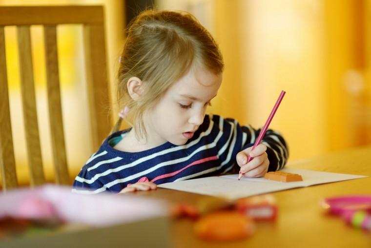 κοριτσάκι γράφει