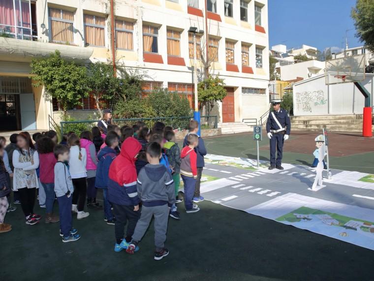 Οι μαθητές μαθαίνουν τα μυστικά της κυκλοφοριακής αγωγής στα δωρεάν μαθήματα της Τροχαίας σε όλα τα σχολεία