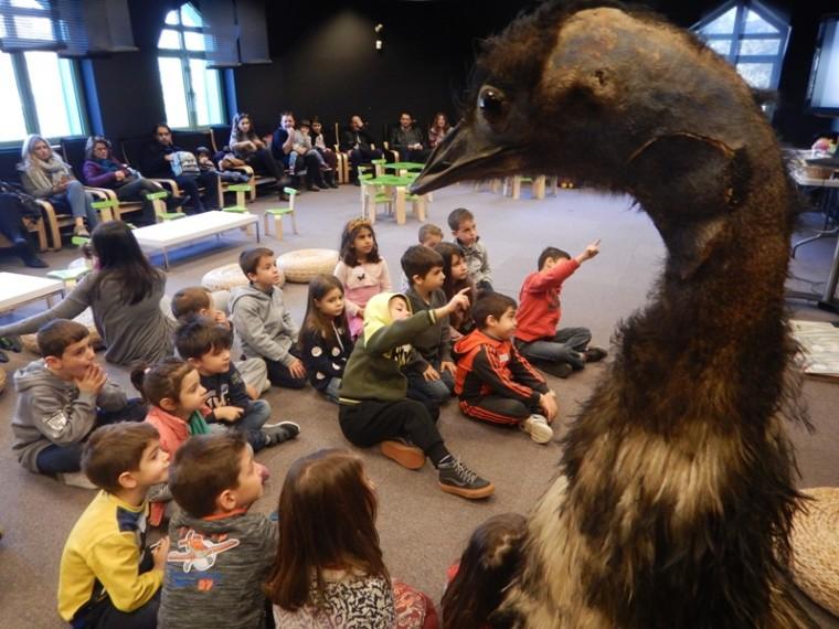 παιδιά σε μουσείο φυσικής ιστορίας