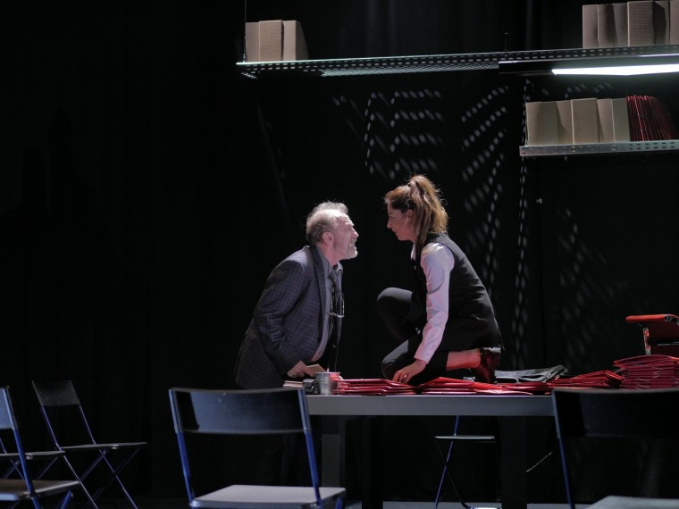 Η Κατερίνα Παπουτσάκη υποδύεται την «Ολεάννα» του βραβευμένου Ντέιβιντ Μάμετ στο θέατρο OLVIO