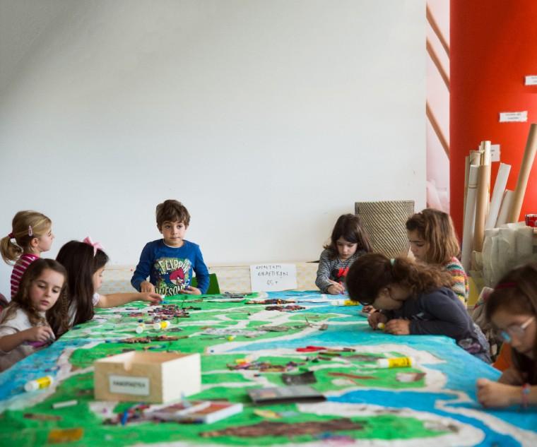 παιδιά απασχολούντε δημιουργικά