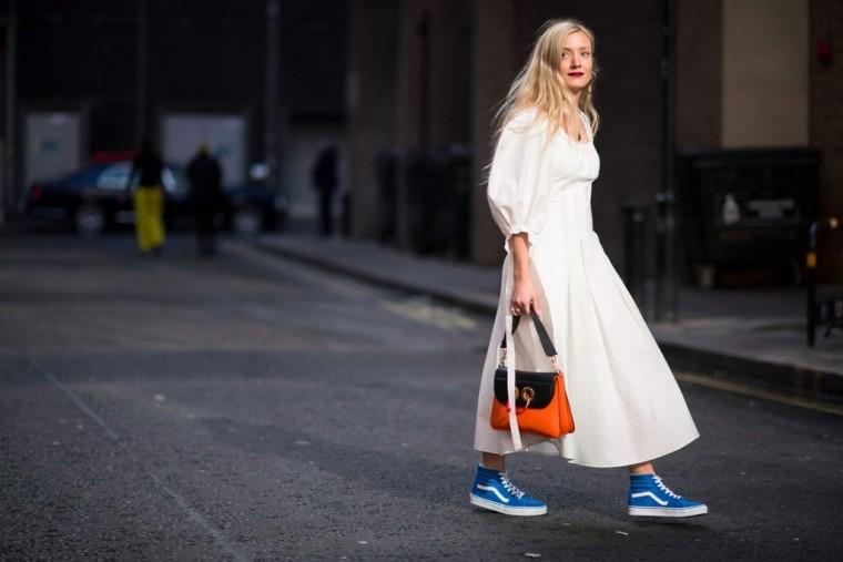8 τρόποι να απογειώσεις το αγαπημένο σου φόρεμα με sneakers