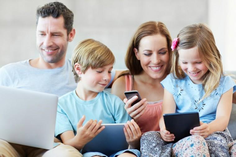 Η χρήση smartphones από τους γονείς βλάπτει σοβαρά την οικογενειακή ζωή