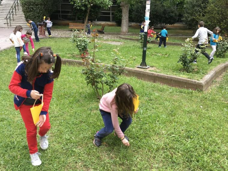 παιδιά παίζουν στο γρασίδι