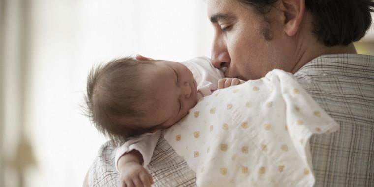 Ένας πατέρας που έχασε τη γυναίκα του από επιλόχεια κατάθλιψη συμβουλεύει τις νέες μαμάδες και συγκινεί