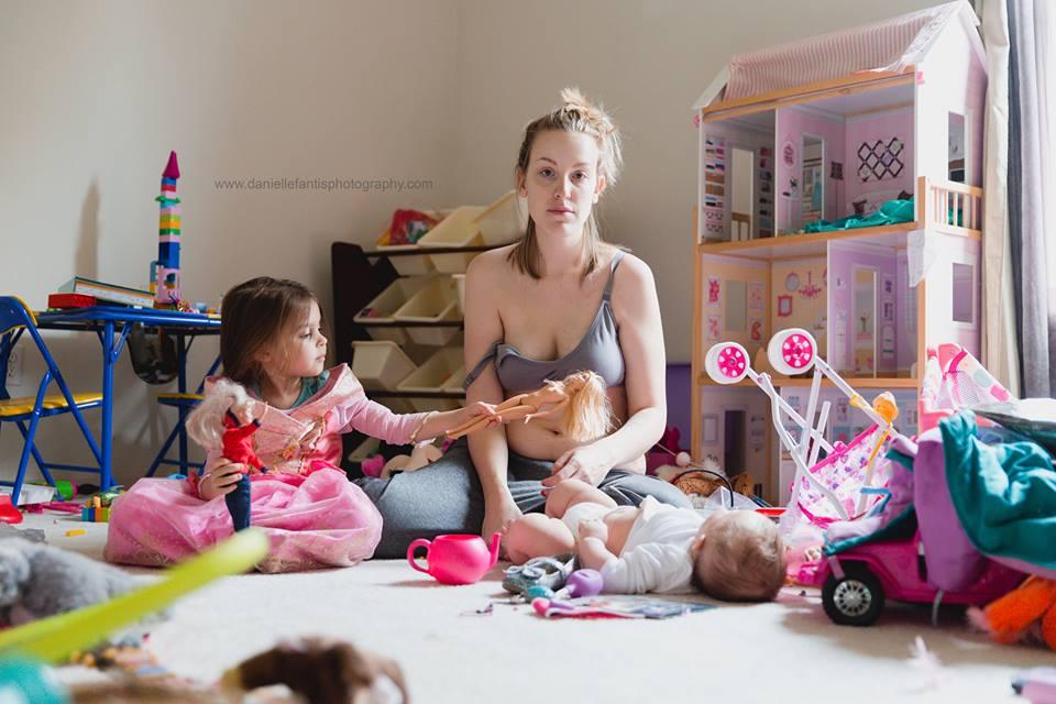 Μια μητέρα εξηγεί με 2 φωτογραφίες πώς είναι να «παλεύεις» με την επιλόχεια κατάθλιψη