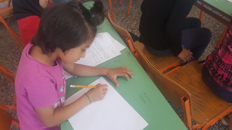 μαθήτρια γράφει