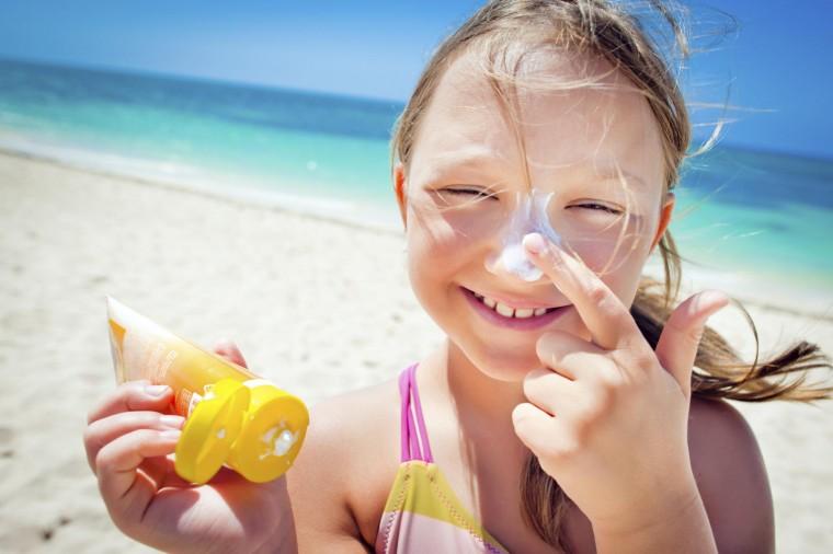 Ο πιο διασκεδαστικός τρόπος για να μάθουν τα παιδιά να απλώνουν το αντηλιακό μόνα τους