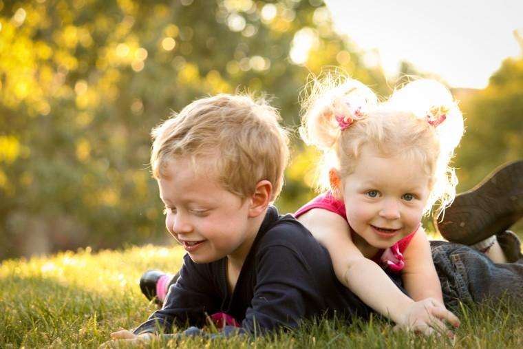 7 συμβουλές για να καλλιεργήσετε ισχυρούς αδερφικούς δεσμούς