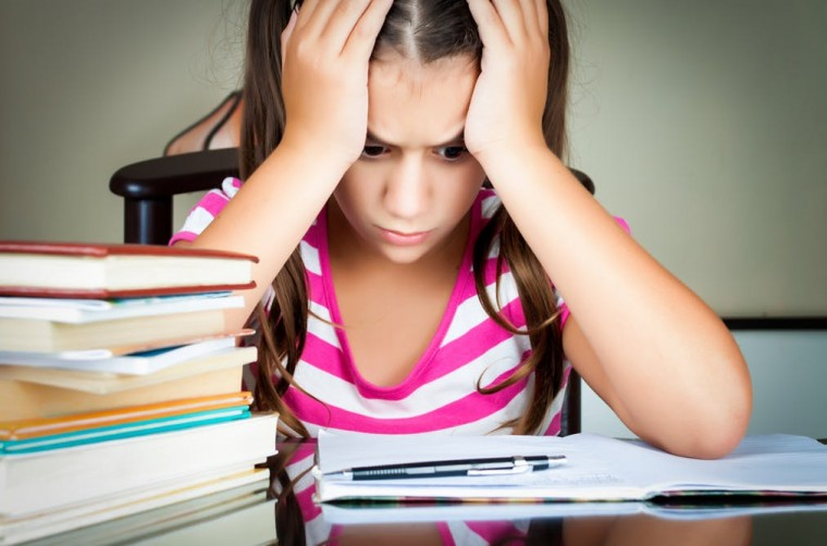 15 σημάδια που μαρτυρούν άγχος για το διάβασμα και πώς να βοηθήσετε το παιδί να το ξεπεράσει