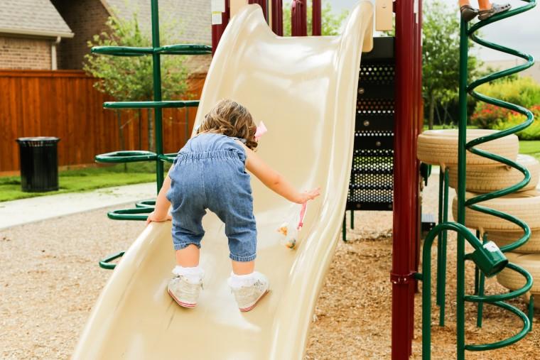 Γιατί αφήνω τα παιδιά μου να ανεβαίνουν ανάποδα στην τσουλήθρα