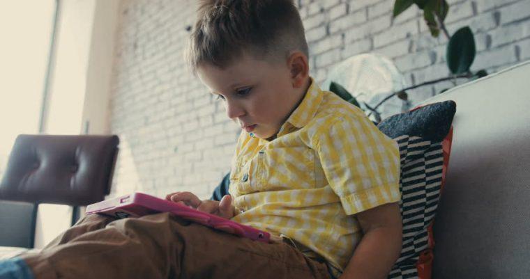 Μην αφήνετε το παιδί να κάθεται στο κρεβάτι του με τα ρούχα που φορά στο  σχολείο! 89ed39a9779