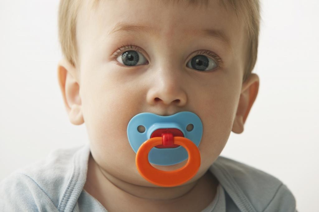 Γονείς προσοχή! Ανακαλούνται επικίνδυνες πιπίλες και κρεμαστράκια πιπίλας πασίγνωστης βρεφικής εταιρείας