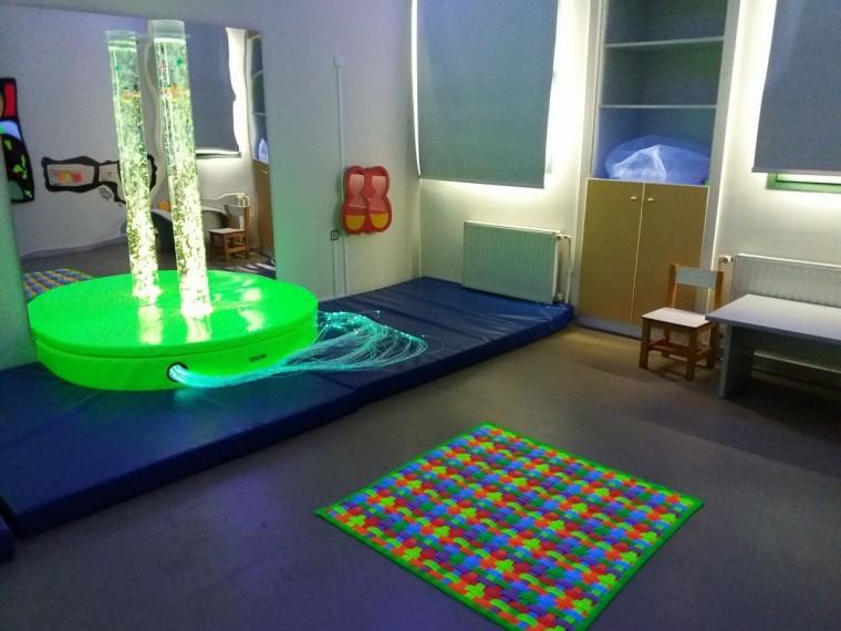 Το «Σκοτεινό Δωμάτιο» που ρίχνει άπλετο φως στη ζωή παιδιών με προβλήματα όρασης εγκαινιάστηκε στο ΚΕΑΤ Καλλιθέας