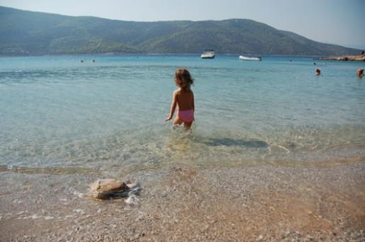 5 πεντακάθαρες παραλίες κοντά στην Αθήνα για να κολυμπήσετε με τα πιτσιρίκια σας!
