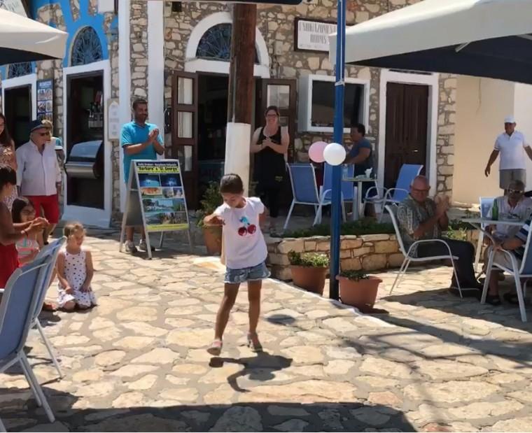 Μικρό κορίτσι από το Καστελόριζο «ρίχνει» το Facebook με το ζεϊμπέκικό της (video)