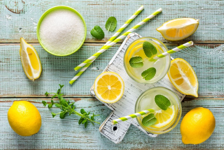 Σπιτική λεμονάδα: Συνταγή για το πιο δροσιστικό ρόφημα του καλοκαιριού