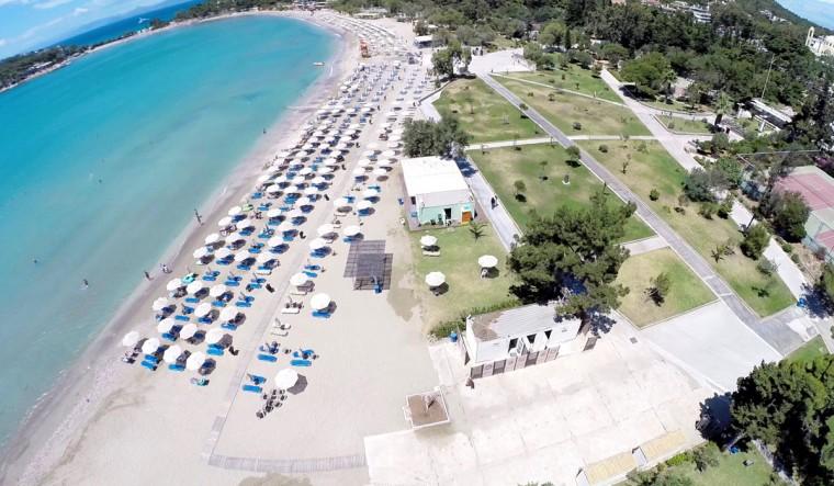 5 βραβευμένες με Γαλάζια Σημαία παραλίες κοντά στην Αθήνα για οικογενειακές βουτιές