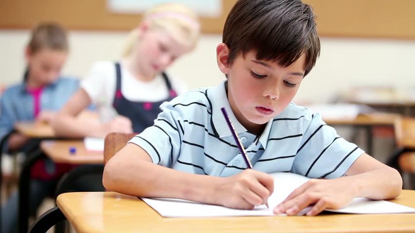 «Ολοήμερο 10 ωρών την εβδομάδα, αυτό αξίζει στα παιδιά μας;» Προβληματισμοί για την αλλαγή σχολικού ωραρίου