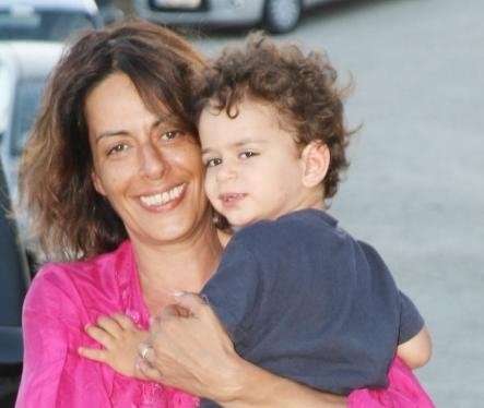 """""""Μαμά από την πίσω πόρτα"""": Το άρθρο που αφιέρωσε η Ρίκα Βαγιάννη στις μαμάδες της εξωσωματικής"""