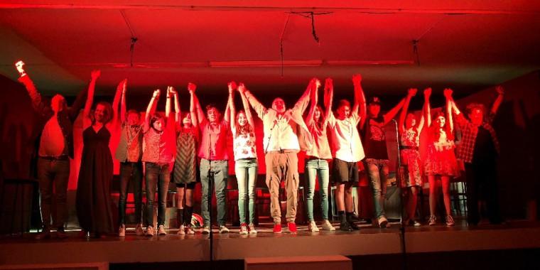 2f27de4b03d Ο Βασίλης Κατσικονούρης, θεατρικός συγγραφέας και καθηγητής Αγγλικών στο 1ο  Γυμνάσιο Ζωγράφου, παρουσιάζει την παράσταση