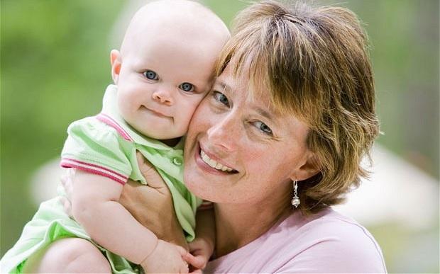 Οι μεγαλύτερες σε ηλικία μαμάδες μπορεί να τραυματίσουν ψυχικά τα παιδιά τους