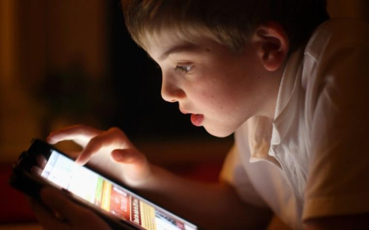 Ο χρόνος που περνούν τα παιδιά μπροστά στις οθόνες συνδέεται με 12 θανατηφόρους καρκίνους και μυωπία