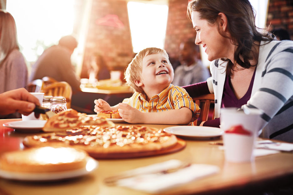 family eating pizza - 936×624