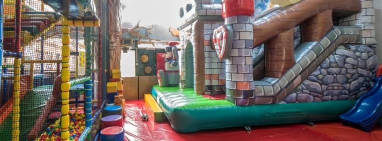 4 παιδάκια κερδίζουν πρόσκληση για να παίξουν και να διασκεδάσουν στο Παιδότοπο Παραμύθι