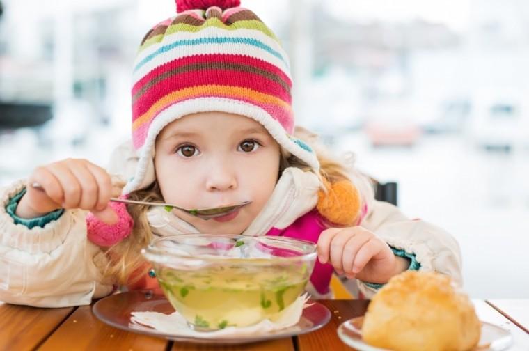 Τα 5 γεύματα και σνακ που πρέπει να τρώει το παιδί για να προστατευθεί και να ανακουφιστεί από την ίωση