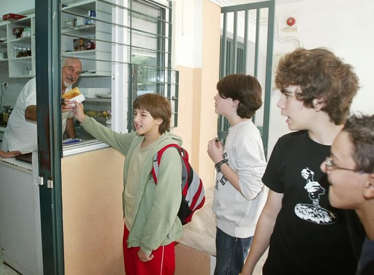 Ο ΕΦΕΤ προειδοποιεί: Αυτά είναι τα τρόφιμα που επιτρέπεται να πωλούνται στα κυλικεία των σχολείων – Ξεκινούν έλεγχοι