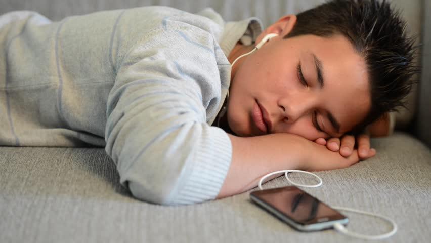 Δείτε τι τραγικό συνέβη σε μαθητή που κοιμήθηκε ένα ολόκληρο βράδυ με τα ακουστικά