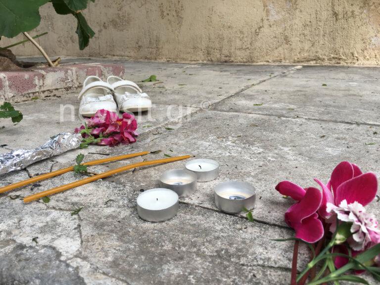 Νέος Κόσμος: Με ένα ζευγάρι λευκά παιδικά παπούτσια και κεριά οι γείτονες αποχαιρετούν την 4χρονη Έφη που «έφυγε» άδικα