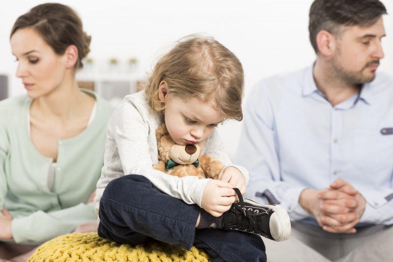 «Έχω τη συνεπιμέλεια του παιδιού μου με τον πρώην σύζυγό, αλλά δεν μου το αφήνει τα βράδια, τι να κάνω;»
