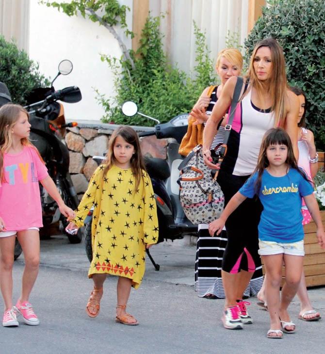 Η Ελένη Πετρουλάκη φωτογραφίζεται με τις 4 πανέμορφες κόρες της!