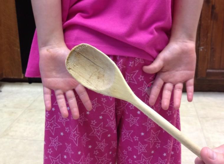 Χτύπησε την κόρη της με ξύλινη κουτάλα και κατέληξε στο δικαστήριο!