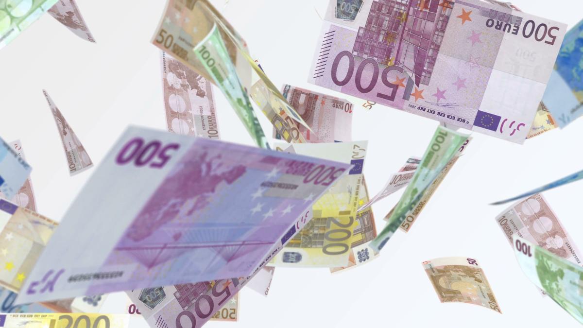 Ποιες οικογένειες θα εξαιρούνται από το επίδομα τοκετού των 2.000 ευρώ