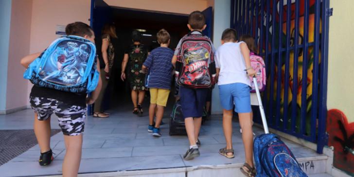 Τα παλιά σχολικά είδη και τις περσινές σχολικές τσάντες δεν τις πετάμε – Δείτε πού τις χαρίζουμε
