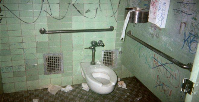 Οι διευθυντές εκπέμπουν SOS για τις άθλιες συνθήκες που επικρατούν στις τουαλέτες των σχολείων