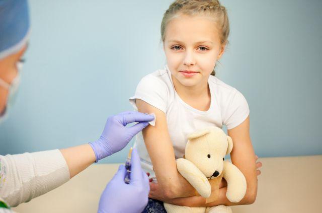 Μηνιγγίτιδα Β: Γιατί ο παιδίατρος πιστεύει ότι το εμβόλιο πρέπει να χορηγείται δωρεάν σε μωρά και έφηβους;