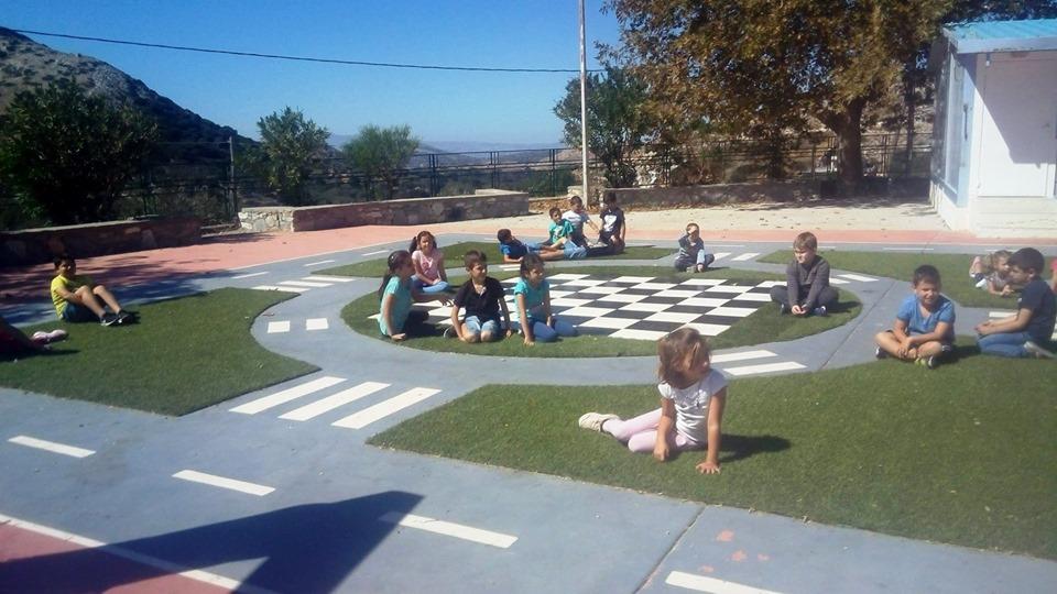 Αυτό το Δημοτικό Σχολείο στη Νάξο έχει το ωραιότερο προαύλιο με επιδαπέδια παιχνίδια που είδαμε ποτέ!