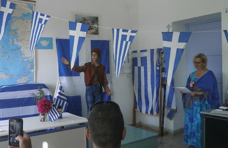 Ο μοναδικός μαθητής των ακριτικών Αρκιών μάς έκανε να συγκινηθούμε στη σχολική γιορτή για την 28η Οκτωβρίου