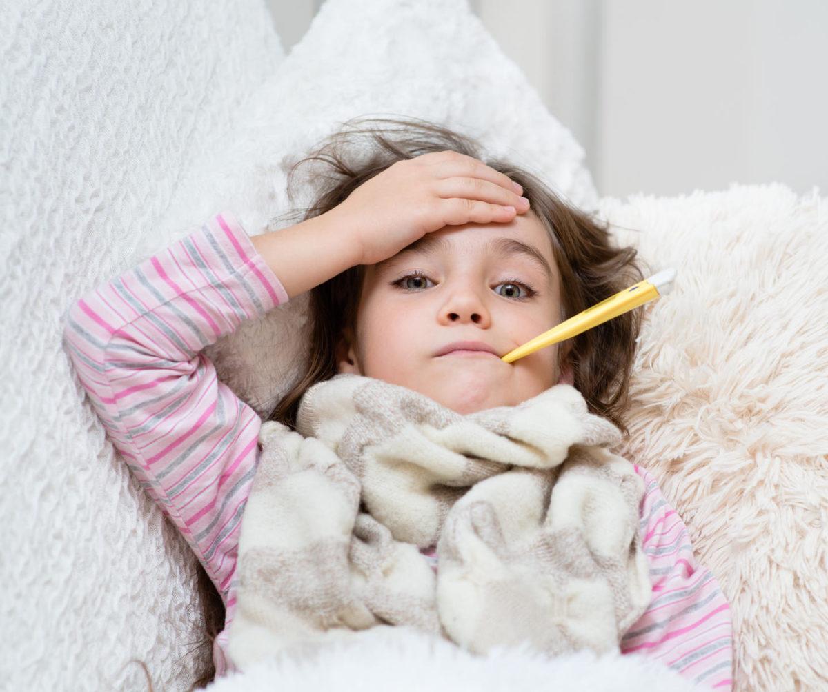 Ο παιδίατρος εξηγεί: Αυτά είναι τα 9 πράγματα που πρέπει να ξέρει ένας γονιός όταν το παιδί έχει πυρετό