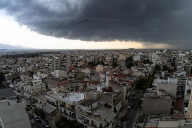 Άλλαξε το σκηνικό του καιρού – Έκτακτες οδηγίες προστασίας για την καταιγίδα και τις ισχυρές βροχές