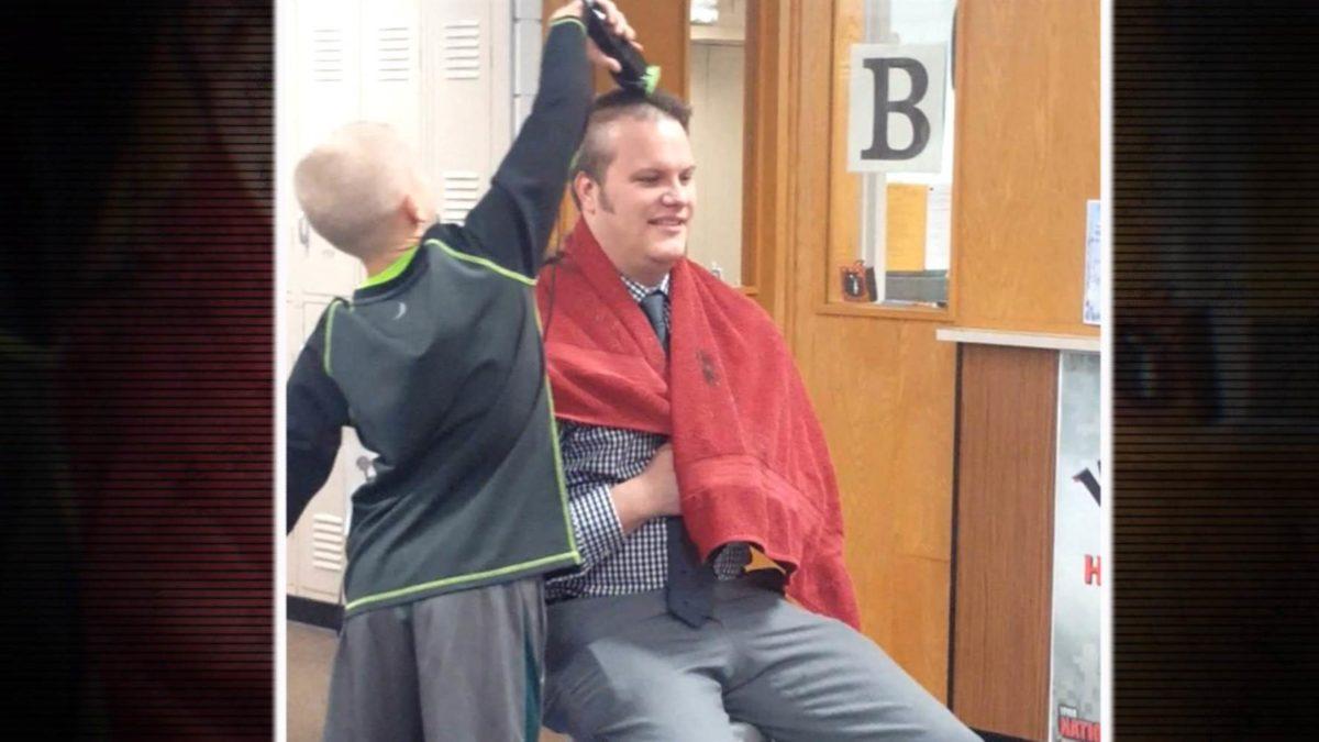 Διευθυντής σχολείου ξυρίζει το κεφάλι του για να στηρίξει μαθητή που έπεσε θύμα bullying