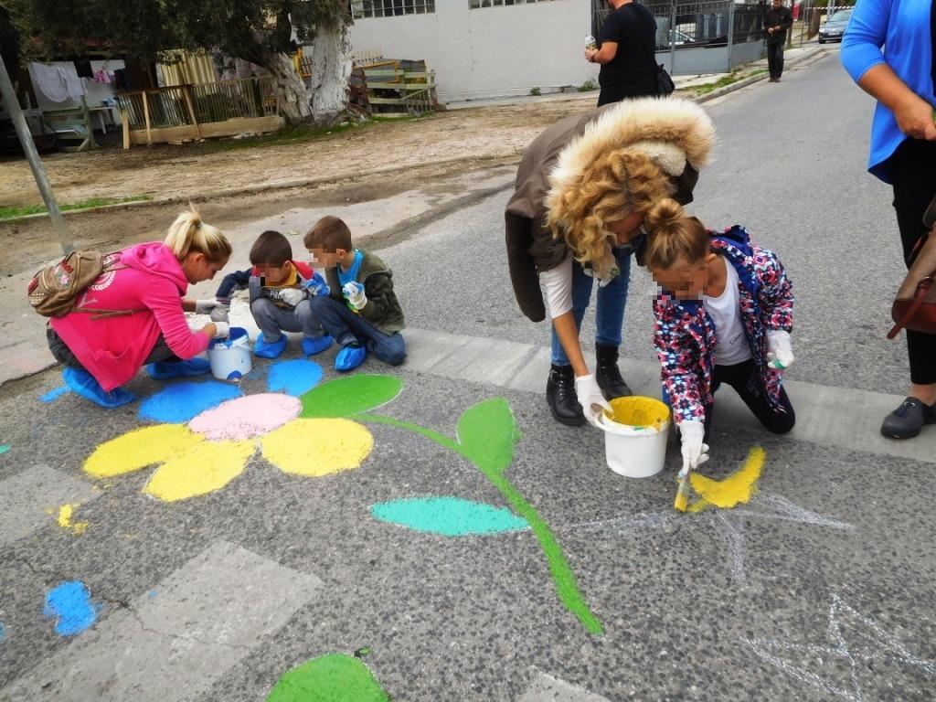 Οι Μαμάδες στο Δρόμο χρωματίζουν τις διαβάσεις σε Καματερό και Αγ. Αναργύρους για την ασφάλεια των μαθητών