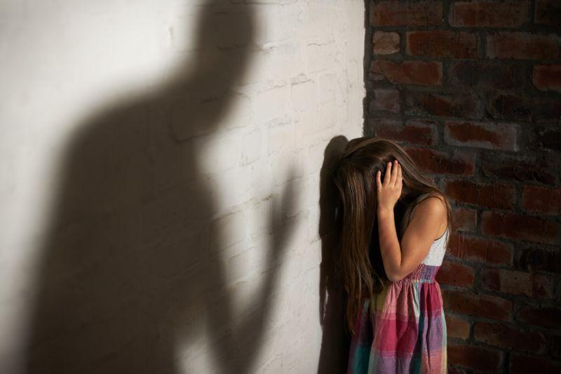 Φρίκη στην Ανατολική Αττική – Γονείς εξέδιδαν τα δίδυμα παιδιά τους σε φιλικό τους ζευγάρι