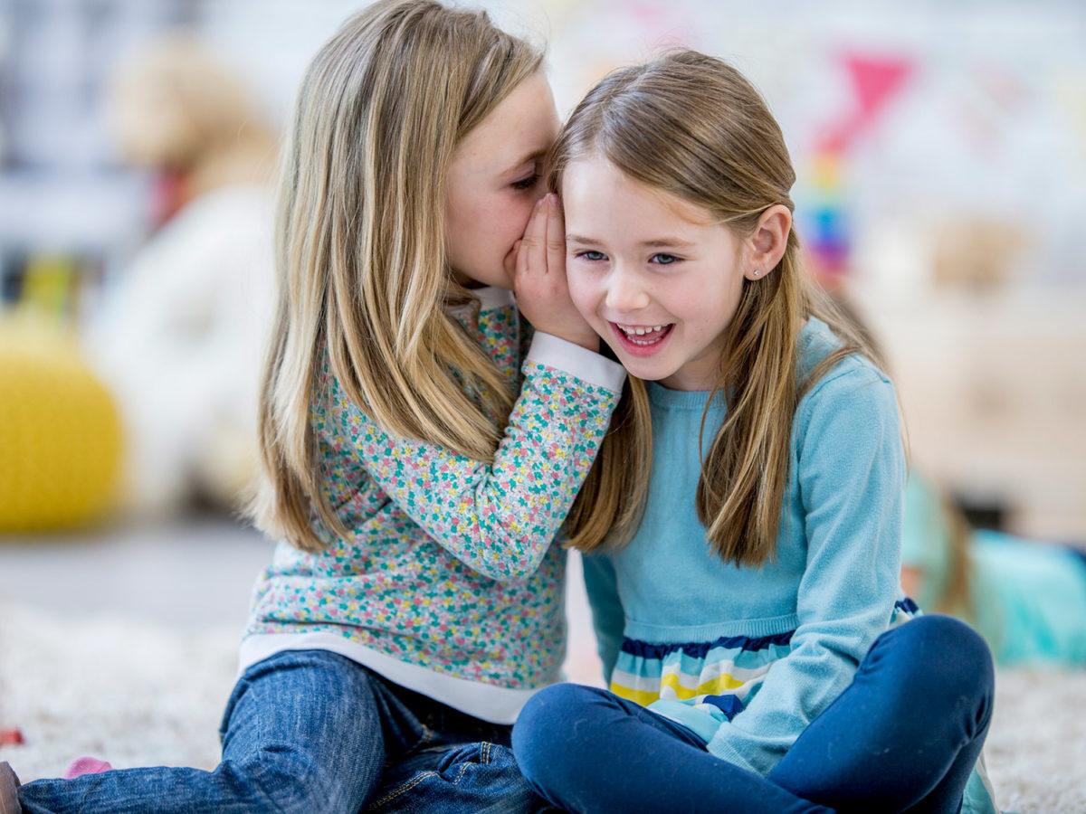 Οδηγός Φιλίας: 11 κανόνες που πρέπει να διδαχθεί κάθε παιδί για να μάθει να αγαπά και να αγαπιέται