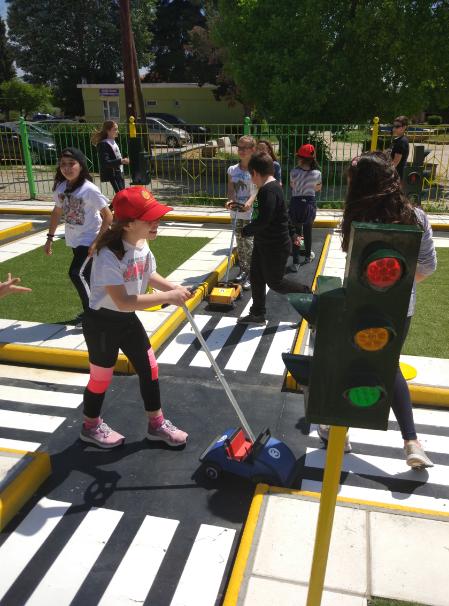 Αυτό είναι το πρώτο ελληνικό δημόσιο σχολείο που διαθέτει διαδραστικό πάρκο κυκλοφοριακής αγωγής