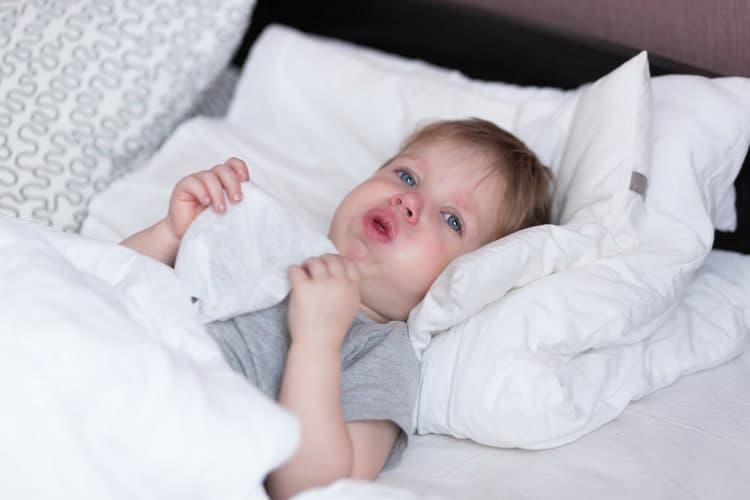 Ιογενής συριγμός: 7 πράγματα που πρέπει να ξέρουν όλοι οι γονείς για τον επίμονο παιδικό βήχα